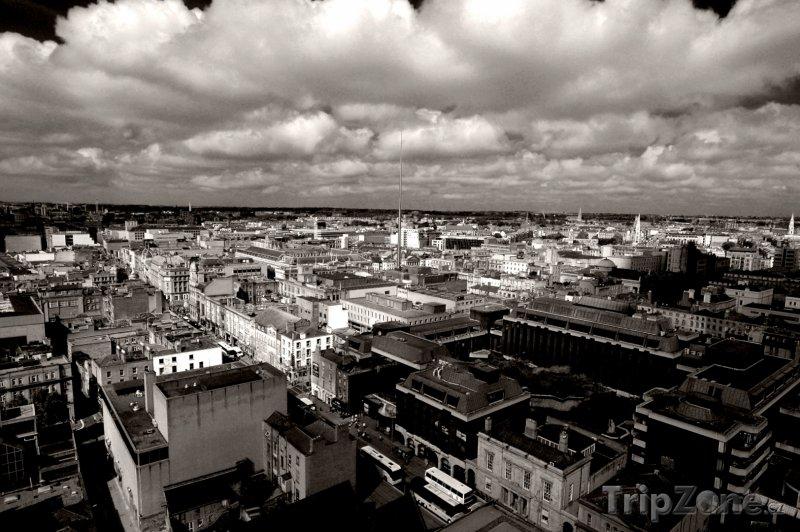 Fotka, Foto Černobílé panoráma Dublinu a dramatická obloha (Dublin, Irsko)