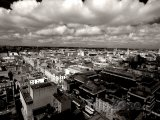 Černobílé panoráma Dublinu a dramatická obloha