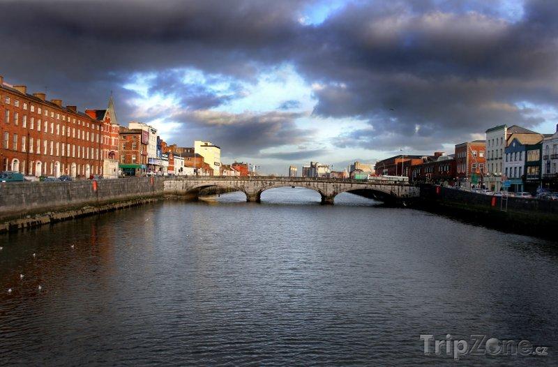 Fotka, Foto Cork, nábřeží a most přes řeku Lee (Irsko)