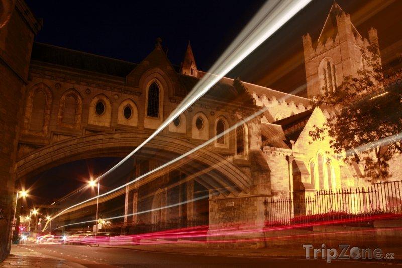 Fotka, Foto Dublin, noční provoz kolem katedrály (Dublin, Irsko)