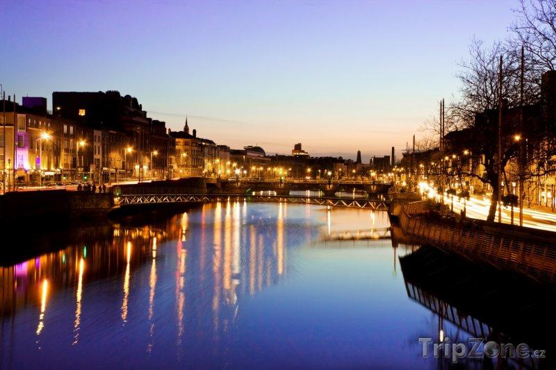 Fotka, Foto Dublin, večer na nábřeží řeky Liffey (Dublin, Irsko)