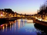 Dublin, večer na nábřeží řeky Liffey
