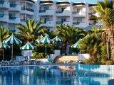 Hotelový bazén ve městě Mahdia