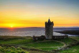 Hrad Doonagore při západu slunce