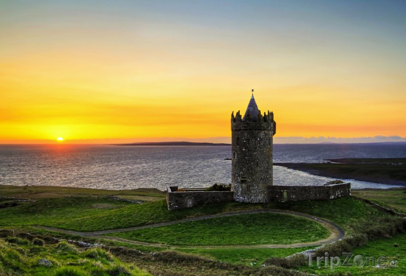 Fotka, Foto Hrad Doonagore při západu slunce (Irsko)
