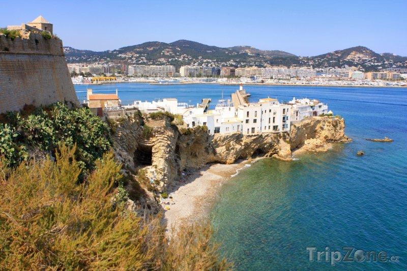 Fotka, Foto Ibiza, domy na útesu nad mořem (Ibiza, Španělsko)