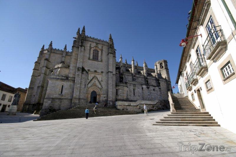 Fotka, Foto Katedrála ve městě Guarda v pohoří Serra da Estrela (Portugalsko)
