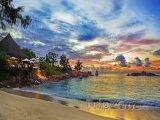 Kavárna u pláže před západem slunce
