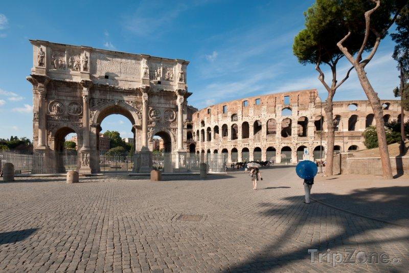 Fotka, Foto Konstantinův oblouk před Koloseem (Řím, Itálie)