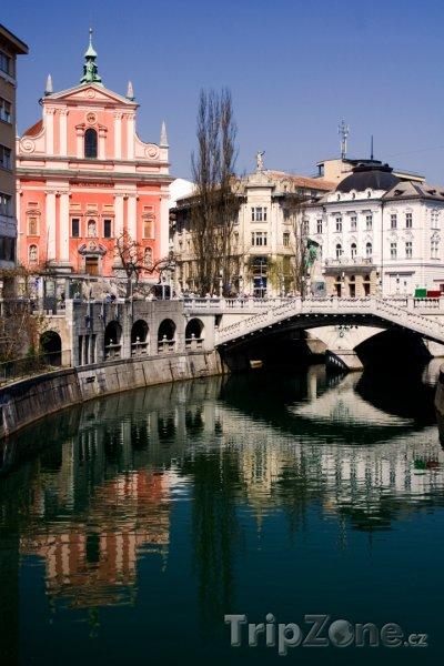 Fotka, Foto Kostel Zvěstování Panny Marie a most Tromostovje (Lublaň, Slovinsko)