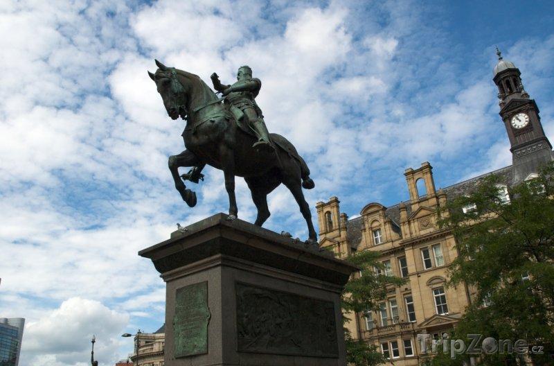 Fotka, Foto Leeds, jezdecká socha na City Square (Velká Británie)