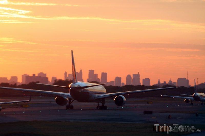 Fotka, Foto Letadlo při západu slunce na letišti JFK (New York, USA)