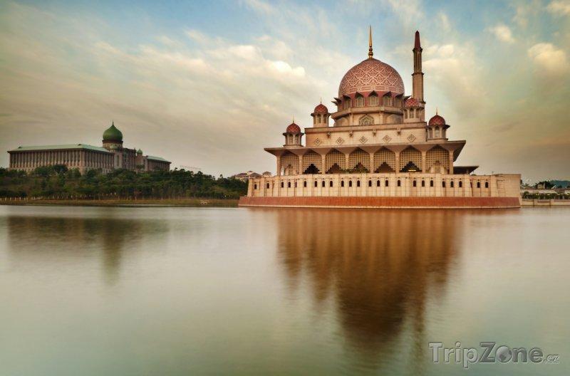Fotka, Foto Mešita Putra v nově vznikajícím hlavním městě Malajsie Putrajaya (Malajsie)