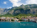 Město Makarska, pobřeží a úbočí hor