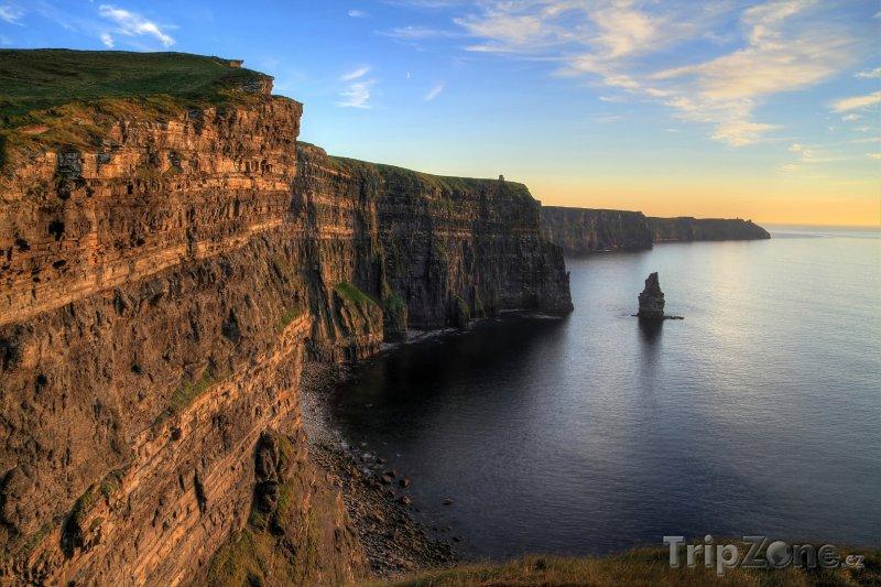Fotka, Foto Moherské útesy na pobřeží Atlantiku při západu slunce (Irsko)