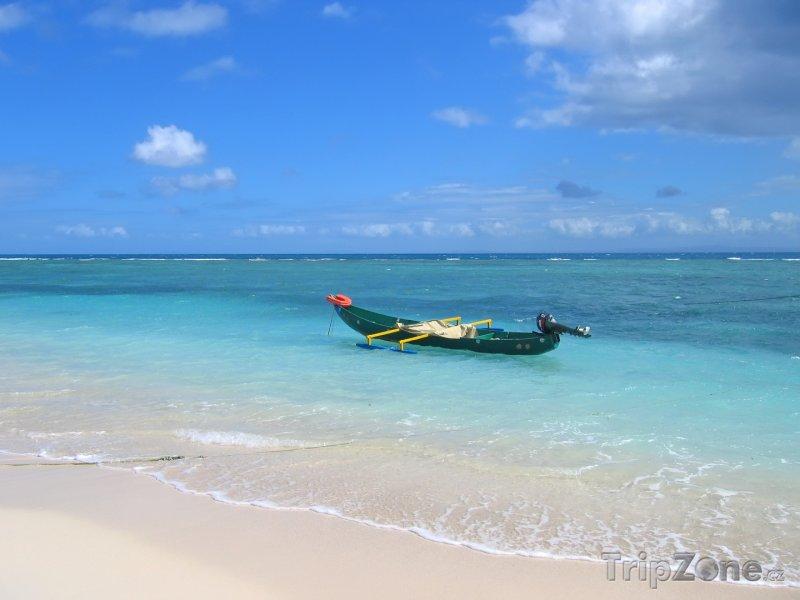 Fotka, Foto Motorová loďka na ostrově Svaté Marie (Nosy Boraha) (Madagaskar)