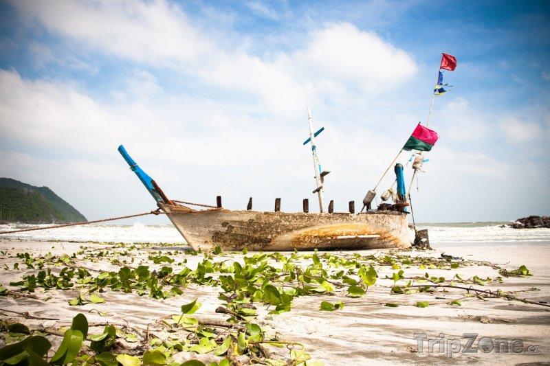 Fotka, Foto Ostrov Ko Tao - loď na pláži (Thajsko)