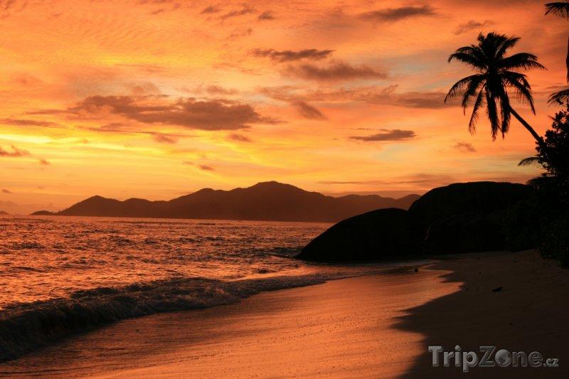 Fotka, Foto Ostrov La digue při západu Slunce (Seychely)