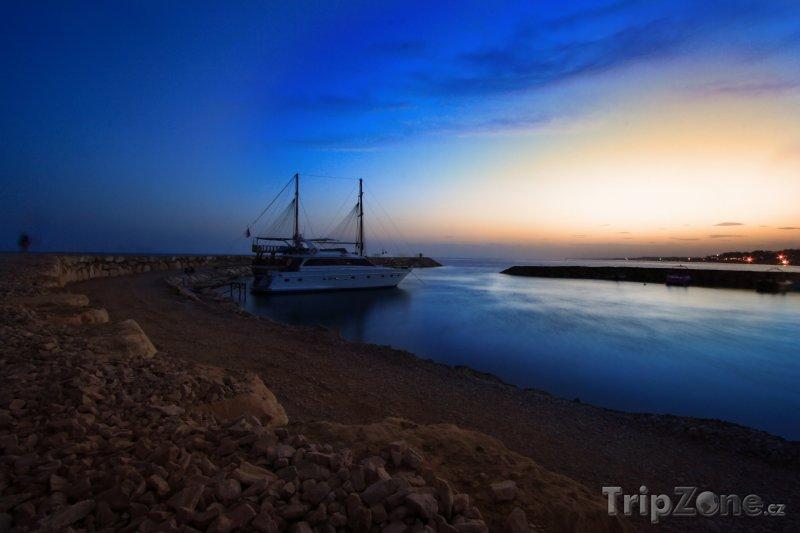 Fotka, Foto Plachetnice za soumraku v přístavu Side (Turecká riviéra, Turecko)