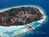 Pohled na obydlený atol z letadla
