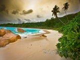 Pohled na pláž před bouří