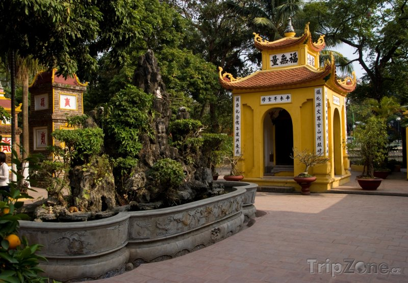 Fotka, Foto Pomník v chrámu Tran Quoc Pagoda v Hanoji (Vietnam)