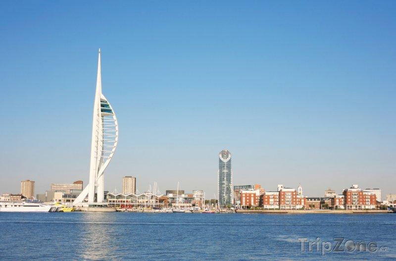 Fotka, Foto Portsmouth, Spinnaker Tower v přístavu (Velká Británie)