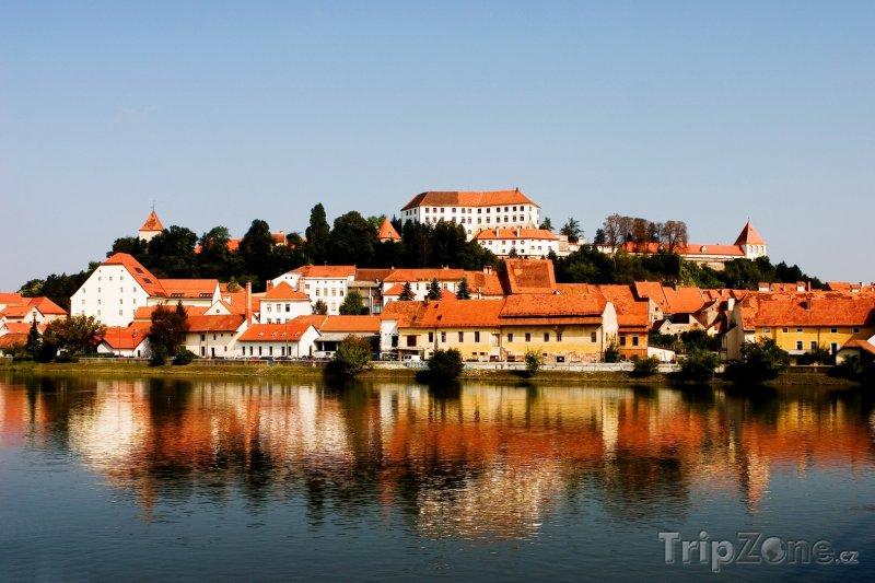 Fotka, Foto Ptuj, domy na břehu jezera (Slovinsko)