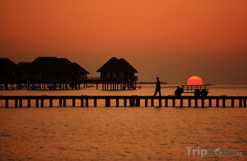 Fotka, Foto Romantická podíváná při západu slunce (Maledivy)