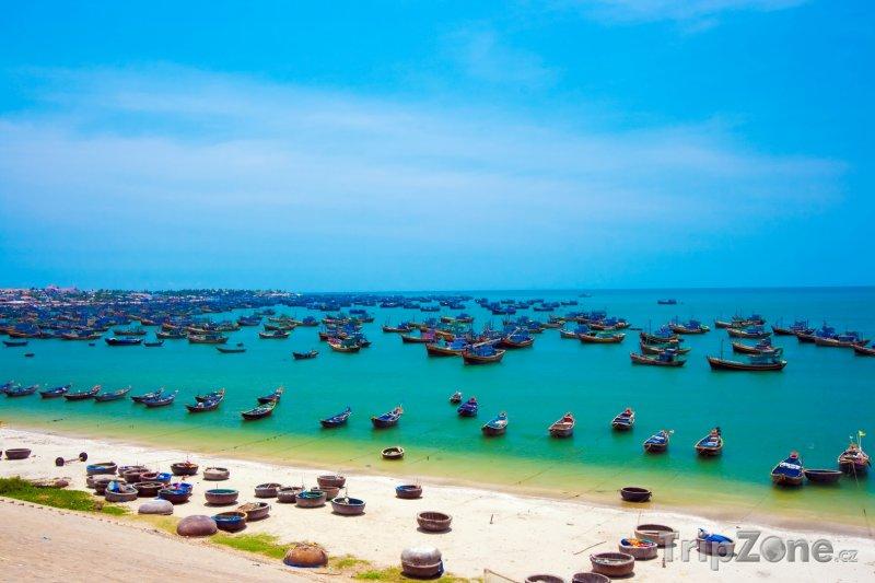 Fotka, Foto Rybářské loďky na pobřeží města Mui Ne (Vietnam)