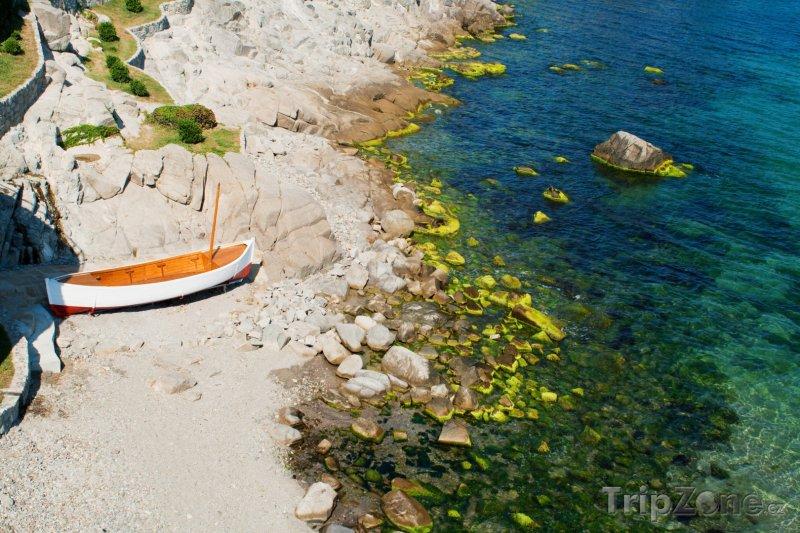 Fotka, Foto Sozopol, loďka na pláži (Jižní pobřeží, Bulharsko)