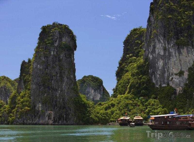 Fotka, Foto Vápencové skály v zátoce Ha Long (Vietnam)