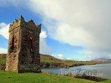 Věž na pobřeží Atlantiku v hrabství Kerry