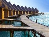 Vodní bungalovy na mělčině Indického oceánu