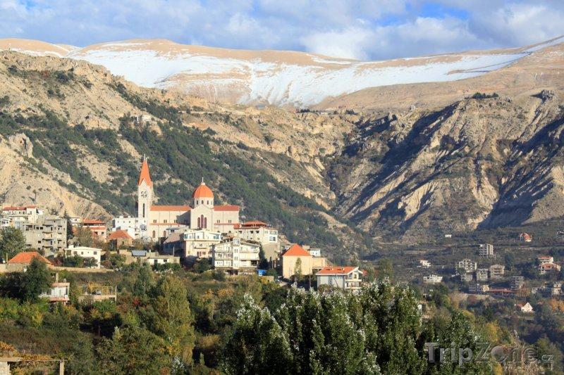 Fotka, Foto Zasněžené hory a pohled na město Bcharre (Libanon)