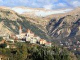 Zasněžené hory a pohled na město Bcharre