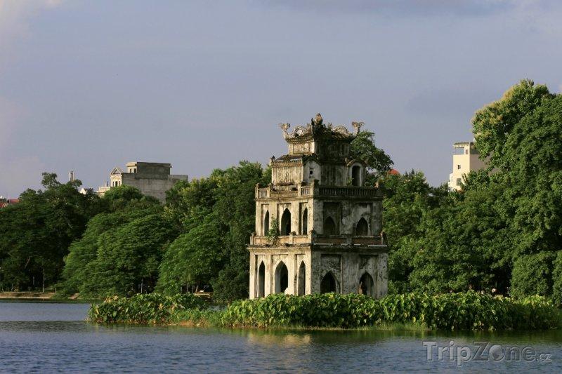 Fotka, Foto Želví věž - symbol Hanoje na jezeře Hoan Kiem (Vietnam)