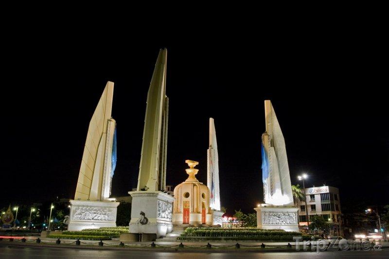 Fotka, Foto Bangkok - Democracy Monument (Bangkok, Thajsko)