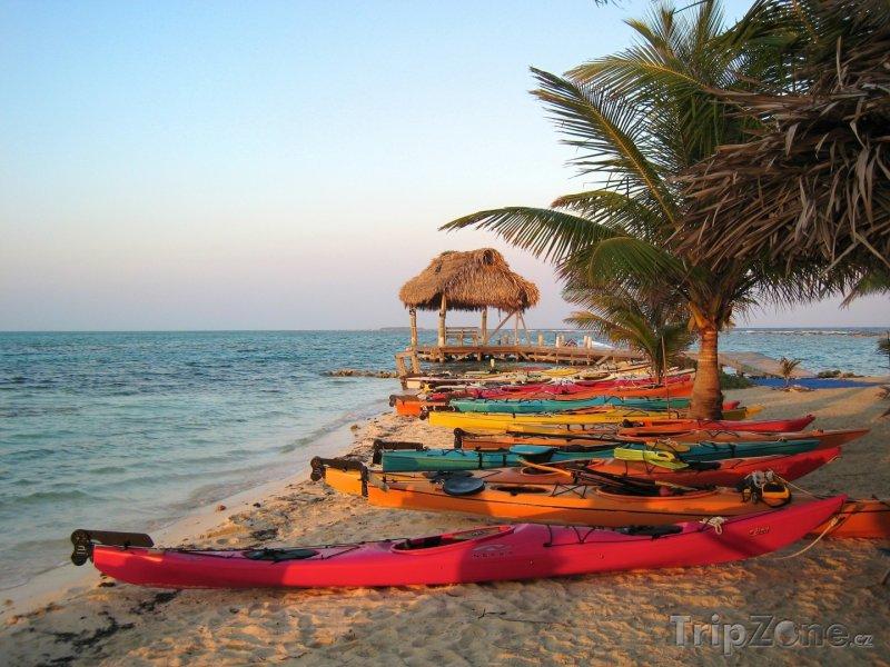 Fotka, Foto Barevné kajaky na pláži (Belize)
