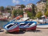 Barevné loďky na břehu