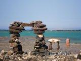 Brána z kamenů na pobřeží