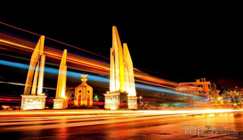 Fotka, Foto Doprava u Monumentu demokracie (Bangkok, Thajsko)