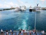 Dopravní lodě kotvící v přístavu ve městě Nassau