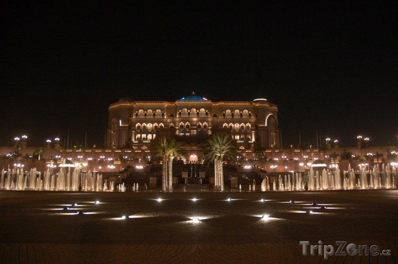 Fotka, Foto Emirates palace v noci (Abú Dhabí, Spojené arabské emiráty)
