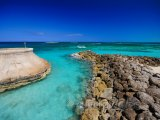 Kamenné pobřeží u Paradise Island