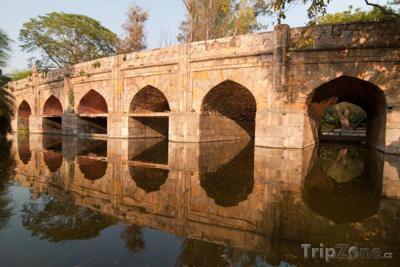 Fotka, Foto Kamenný most v zahradách Lodi (Nové Dillí, Indie)