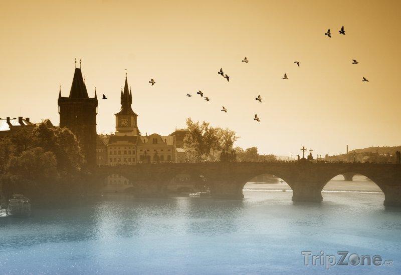 Fotka, Foto Karlův most v mlze (Praha, Česká republika)