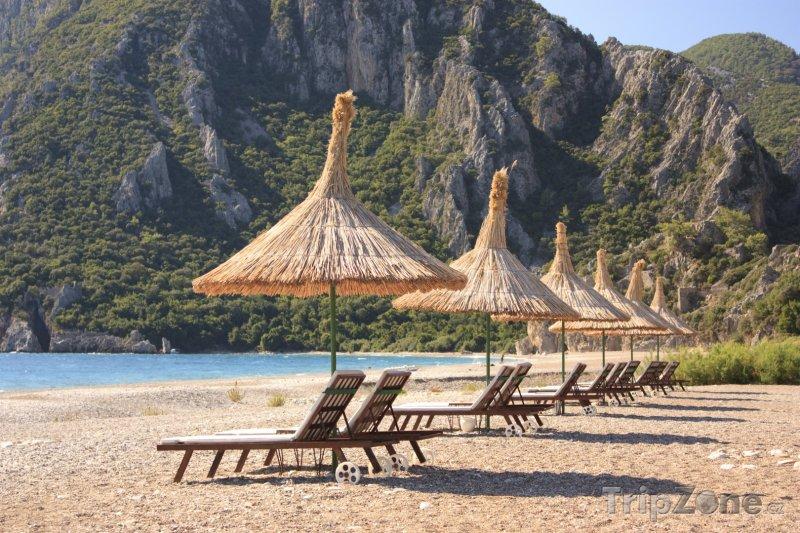 Fotka, Foto Lehátka se slunenčníky na pláži (Antalya, Turecko)