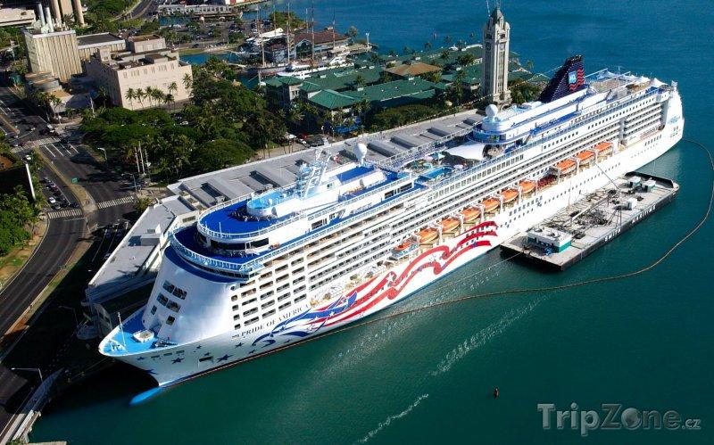 Fotka, Foto Loď Pride of America kotvící v přístavu (Honolulu, USA)