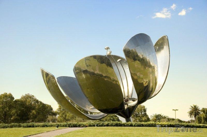 Fotka, Foto Obří kovový květ v části Recoleta (Buenos Aires, Argentina)